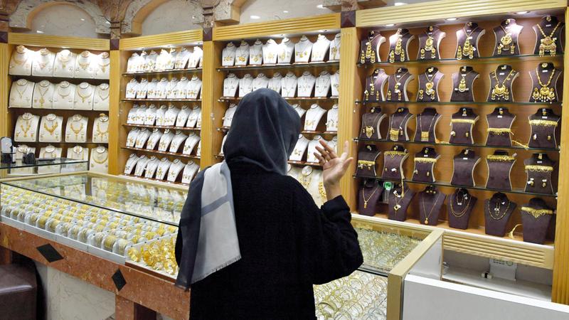 مسؤولون أفادوا بارتفاع الطلب على قطع الذهب الصغيرة للاستخدام الشخصي. تصوير: نجيب محمد