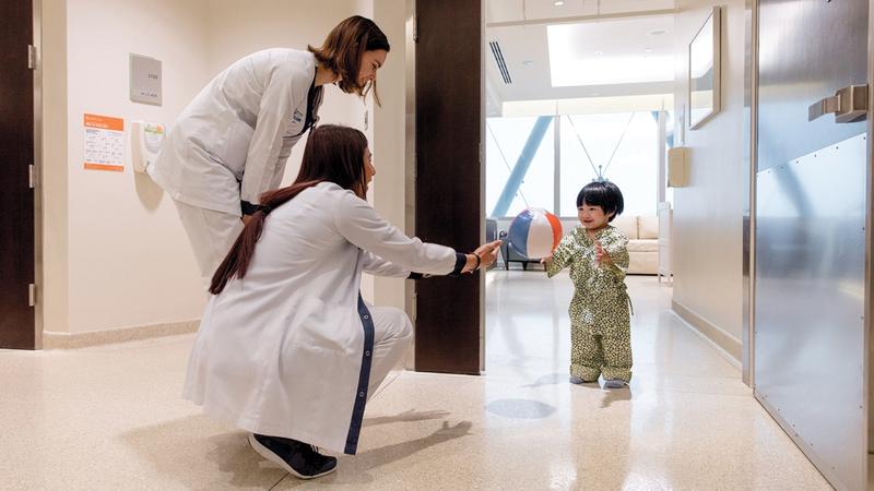 كوادر التمريض تجهز أحد الأطفال لجراحات الشفة الأرنبية. من المصدر