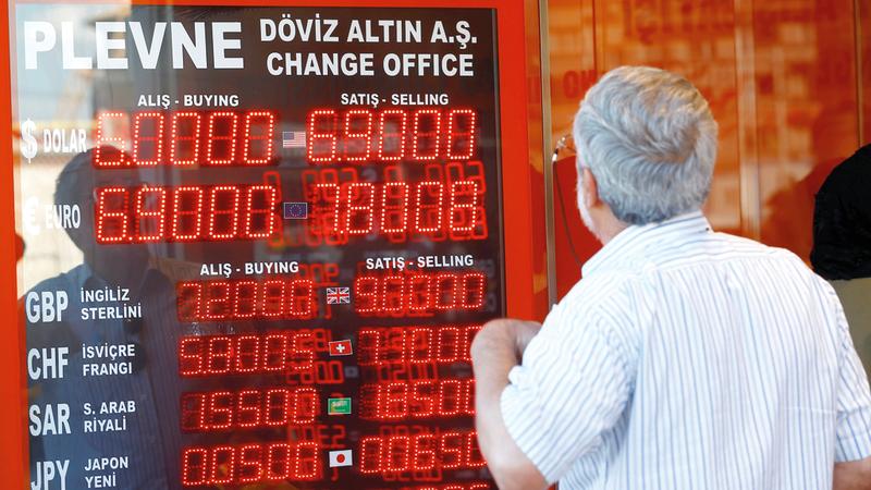 تركي يتابع الارتفاعات في أسعار العملات الأجنبية خصوصاً الدولار مقابل الليرة. أرشيفية