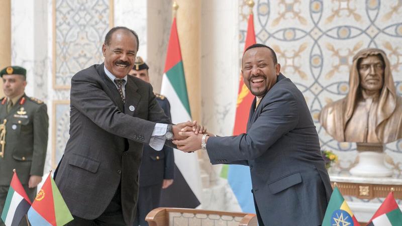 الرئيس الإريتري إسياس أفورقي وآبي أحمد يتصافحان خلال قمة ثلاثية في أبوظبي مع صاحب السمو الشيخ محمد بن زايد. أرشيفية