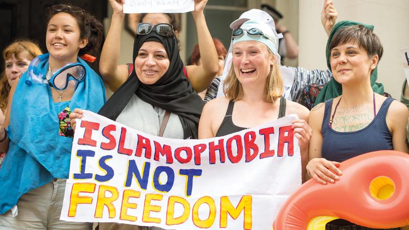 نساء يتظاهرن أمام السفارة الفرنسية في لندن احتجاجاً على حظر الحجاب. أرشيفية