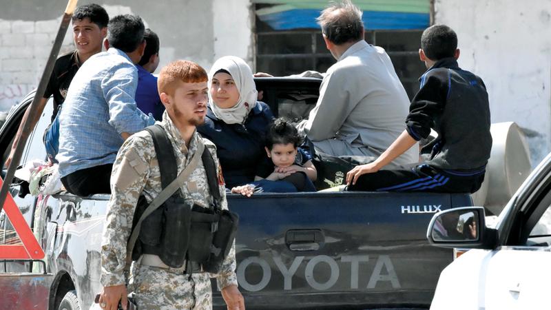 مدنيون ينتقلون من مناطق المعارضة في إدلب إلى مناطق سيطرة النظام. أ.ف.ب