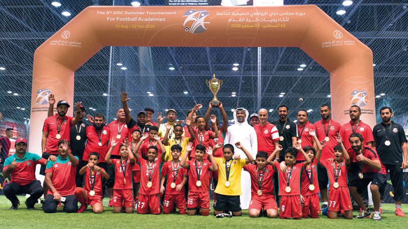 شباب الأهلي دبي متوجاً بلقب فئة 12 سنة. من المصدر