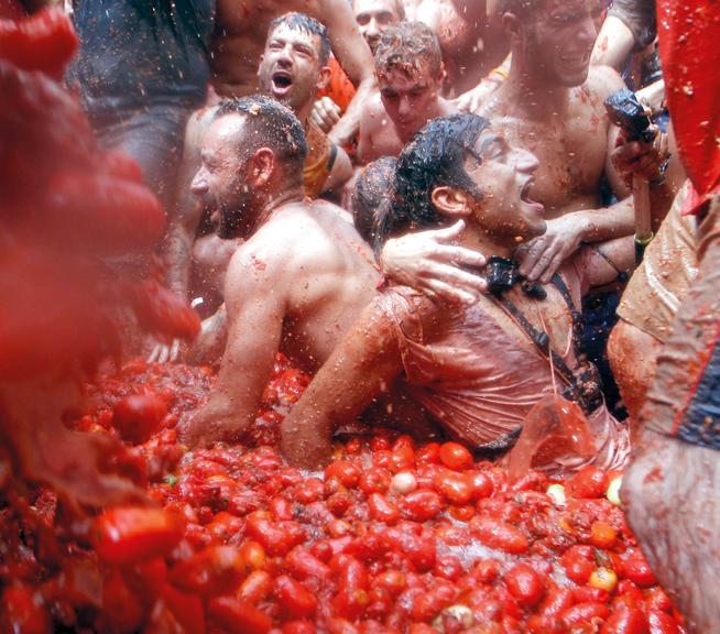 مشاركون في المهرجان غارقون بأطنان من الطماطم. وكالات