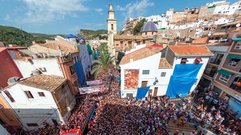 آلاف الإسبان يتوافدون على قرية بونيول للمشاركة في المهرجان. إي.بي.إيه
