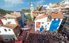 الصورة: 22 ألفاً يشاركون في مهرجان «حرب الطماطم» بإسبانيا