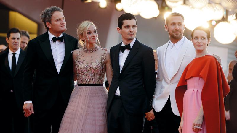 مخرج فيلم «فيرست مان» وعدد من أبطاله خلال حفل الافتتاح. رويترز