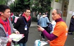 الصورة: مليونير صيني ينظّف مدينته من القمامة بيديه