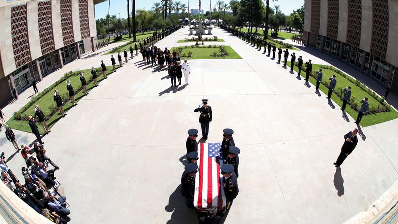 الحرس الوطني في أريزونا يحمل جثمان ماكين. رويترز