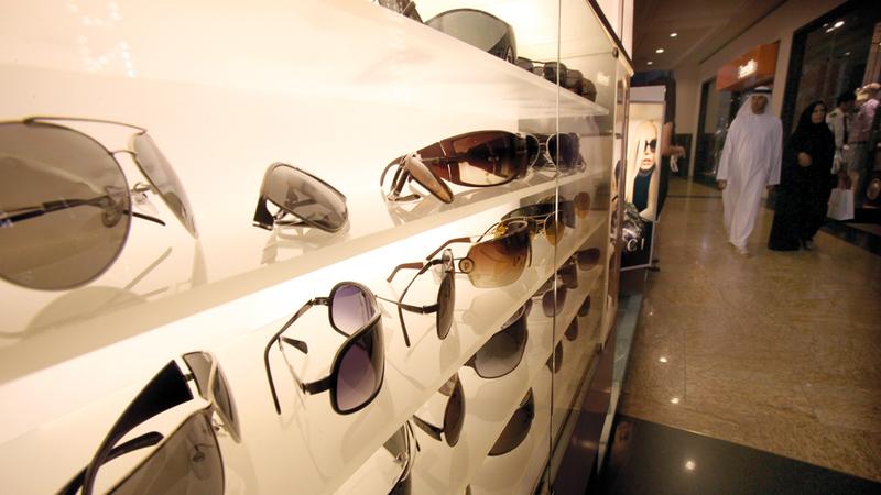 المسح الميداني أظهر وجود ما يزيد على 93 علامة تجارية رئيسة للنظارات الشمسية في الأسواق المحلية. أرشيفية