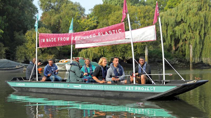 القارب يهدف لتعريف الناس بزيادة مستويات القمامة في الممرات المائية. رويترز