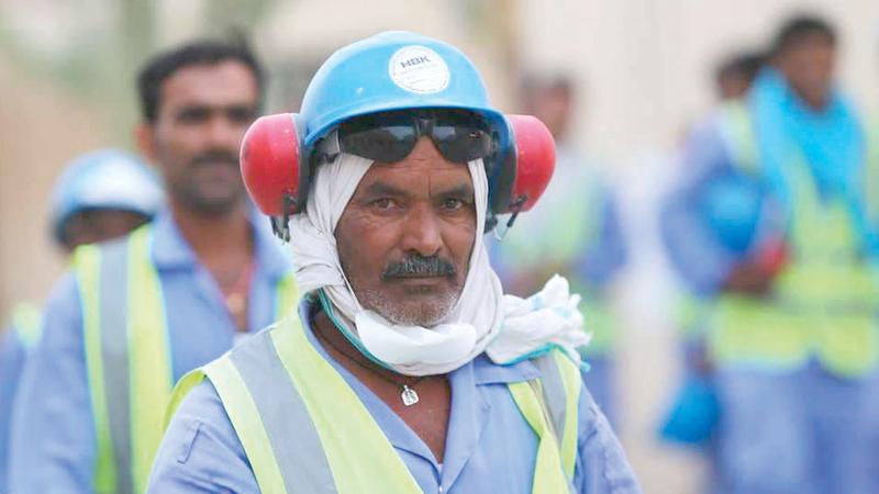 عمال في استاد الوكرة الرياضي إحدى منشآت مونديال قطر. غيتي