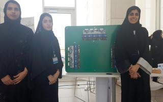 الصورة: 3 طالبات يبتكرن جهازاً لإعادة توزيع الطاقة الكهربائية