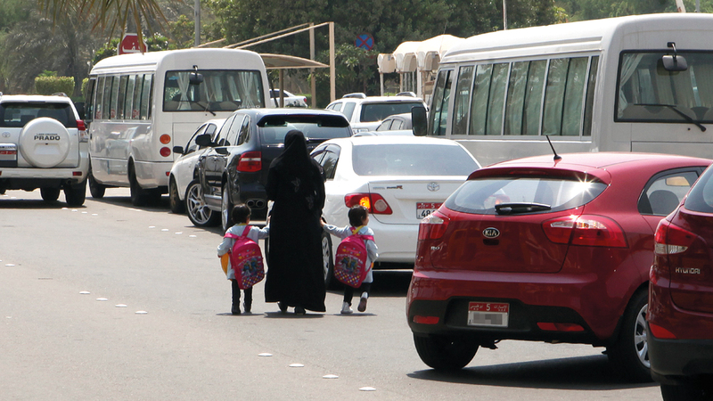 توعية الآباء والأمهات حول سبل نقل أبنائهم إلى المدارس بطريقة آمنة. أرشيفية
