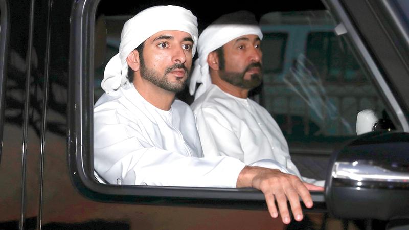 حمدان بن محمد خلال متابعته انطلاق تمهيدي المرموم للهجن. من المصدر