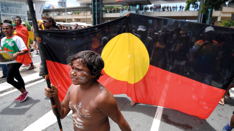 حشد من السكان الأصليين يحتفلون بيوم الغزو في سيدني. الـ«غارديان»
