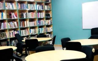 الصورة: تحويل مكتبة «المؤسسة العقابية» في رأس الخيمة إلى فصل دراسي