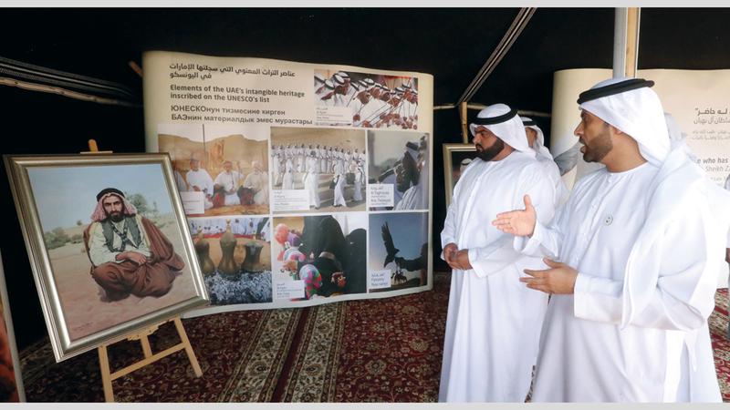 ولي عهد الفجيرة خلال زيارته معرض صور الشيخ زايد في الجناح الإماراتي.  من المصدر