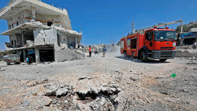 آثار دمار على أحد الشوارع في بلدة محمبل جنوب غرب إدلب نتيجة الغارات الروسية. أ.ف.ب