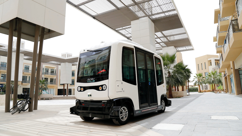 المركبة الذكية صديقة للبيئة وتسير على مسارات افتراضية. من المصدر