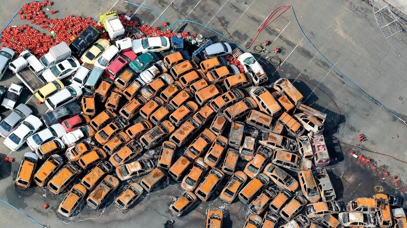 سيارات ومنازل مدمّرة.. وناقلة اصطدمت بجسر يربط مطار كانساي بمدينة إيزوميسانو.  يو.بي.آي