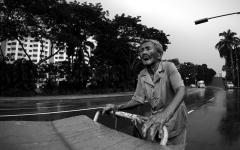 الصورة: الفقراء ينتظرون الدعم