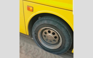الصورة: «مواصلات الإمارات»: عطل إطار حافلة أم القيوين «مفاجئ»