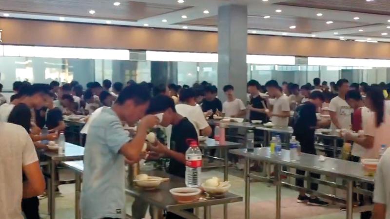 الطلاب صُدِموا عندما علموا أنه سيتعيّن عليهم تناول الطعام وقوفاً.  أرشيفية