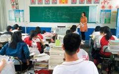الصورة: مدرسة صينية تُزيل مقاعد مطعمها لتحفيز طلابها على الدراسة