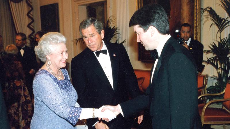 الملكة خلال لقاء مع الرئيس الأميركي السابق جورج دبليو بوش في لندن 2003. أ.ب