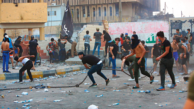 المتظاهرون في البصرة أحرقوا مكاتب حكومية احتجاجاً على تردي الأوضاع.  أ.ب