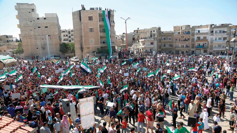 متظاهرون في إدلب يحتجون ضد استعدادات القوات السورية والروسية للهجوم على المحافظة. أ.ف.ب