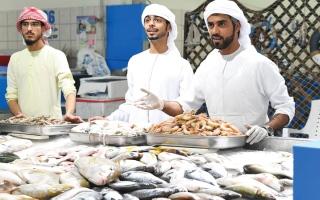 الصورة: بالفيديو ..4 أشقاء إماراتيين «بدرجة مدير»: فخورون ببيع السمك في العاصمة