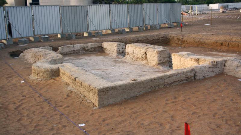 الآثار الإسلامية الجديدة اكتشفت بالقرب من موقع بناء مسجد الشيخ خليفة في العين.  من المصدر