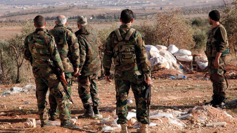 مسؤولون في جيش النظام السوري يراقبون المنطقة الحدودية مع إسرائيل.  أرشيفية