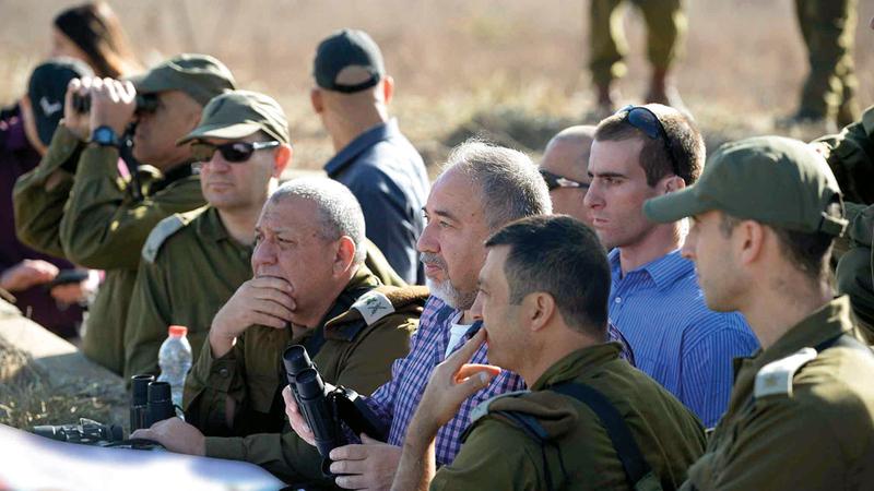 ليبرمان وقادة الجيش الإسرائيلي خلال الاطّلاع على الوضع على الحدود مع سورية.  أرشيفية