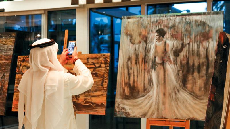 تميّزت لوحات الفنان بأنها قليلة الشخوص والمكونات الشكلية لكنها كثيفة المغزى البيئي.  الإمارات اليوم