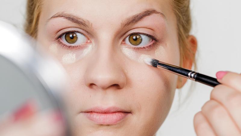 يمكن مواجهة الهالات السوداء بوساطة مستحضرات العناية المخصصة للعين. د.ب.أ