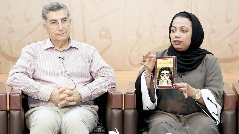 عائشة سلطان ونادر مكانسي خلال مناقشة الكتاب. من المصدر