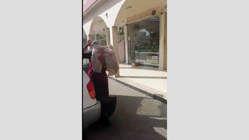 العامل استخدم مركبة خفيفة لنقل اللحوم. (من الفيديو المتداول)