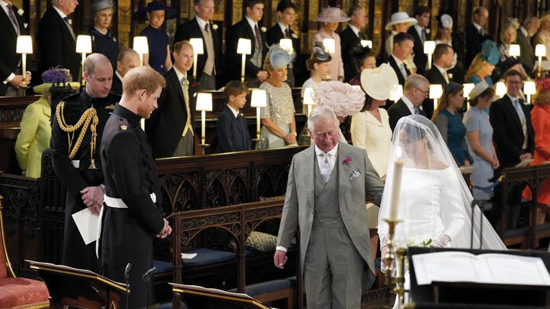 تشارلز المعجب بكنته رافقها في الكنيسة خلال مراسم الزواج بعد رفض والدها القيام بذلك. غيتي