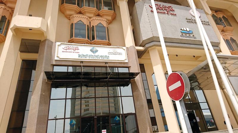 المركز يفتح الباب أمام الأشخاص من ذوي الحالات الإنسانية لطلب المساعدة عبر «لجنة يد الخير». أرشيفية