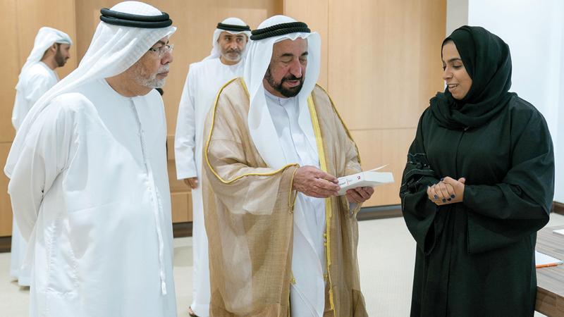 سلطان القاسمي خلال لقائه رئيس وأعضاء اتحاد كتاب وأدباء الإمارات. وام