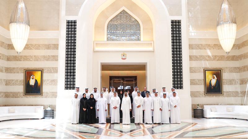 محمد بن راشد يتوسط الفائزين في «جائزة الإمارات للتوطين».  من المصدر