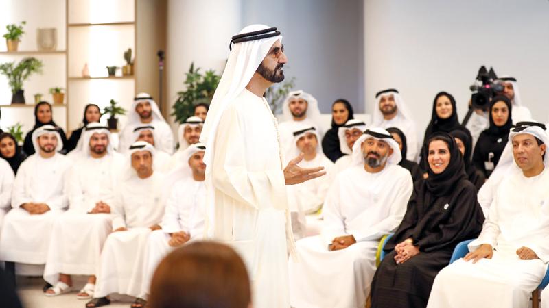 محمد بن راشد خلال ترؤسه جلسة العصف الذهني لفريق عمله. من المصدر