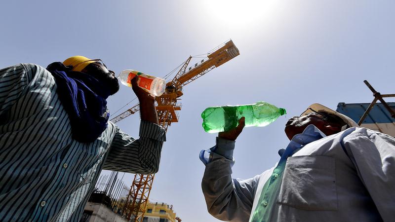 «الوزارة» نفذت خطة لتوعية أصحاب العمل بأهمية «حظر العمل  وقت الظهيرة». من المصدر
