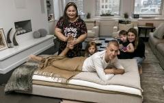 الصورة: مربيات الأطفال يقدمن خدمات للآباء في نيويورك