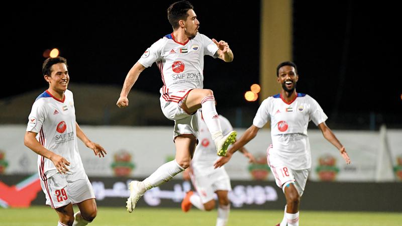 البرازيلي إيغور يقفز فرحاً بالفوز الثمين على شباب الأهلي 2-1 في الجولة الثالثة من دوري الخليج العربي. تصوير: أسامة أبوغانم