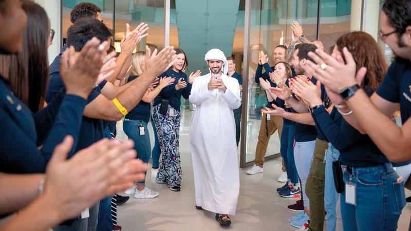 أول مواطن في الدولة يحصل على الهاتف الجديد.   تصوير: مصطفى قاسمي