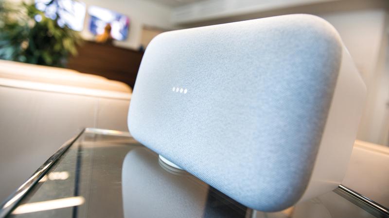 غوغل Home Max تُعد أكبر سماعة ذكية يمكن دمجها في غرف المعيشة بشكل أنيق. د.ب.أ